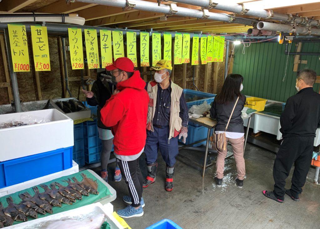 北海道伊達市レンタル釣り船、ヒラメ・カレイ・シャケ釣りの黄金マリン、鮮魚販売の「黄金市場」、販売風景